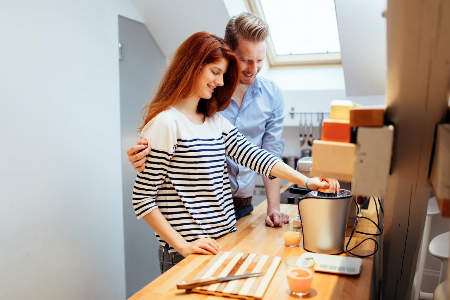husband-helping-wife-in-kitchen-RZMF5NW re