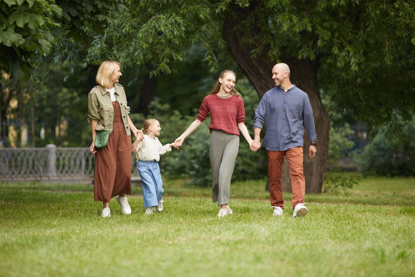 modern-family-walking-in-park-84K8PM8 re